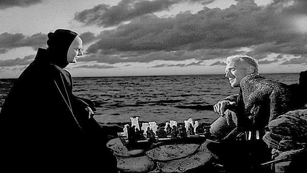 Após dez anos, um cavaleiro (Max Von Sydow) retorna das Cruzadas e encontra o país devastado pela peste negra. Sua fé em Deus é sensivelmente abalada e enquanto reflete sobre o significado da vida, a Morte (Bengt Ekerot) surge à sua frente querendo levá-lo, pois chegou sua hora. Objetivando ganhar tempo, convida-a para um jogo de xadrez que decidirá se ele parte com a Morte ou não. Tudo depende da sua vitória no jogo e a Morte concorda com o desafio, já que não perde nunca. Fonte: AdoroCinema