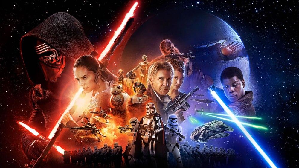 Décadas após a queda de Darth Vader e do Império, surge uma nova ameaça: a Primeira Ordem, uma organização sombria que busca minar o poder da República e que tem Kylo Ren (Adam Driver), o General Hux (Domhnall Gleeson) e o Líder Supremo Snoke (Andy Serkis) como principais expoentes. Eles conseguem capturar Poe Dameron (Oscar Isaac), um dos principais pilotos da Resistência, que antes de ser preso envia através do pequeno robô BB-8 o mapa de onde vive o mitológico Luke Skywalker (Mark Hamill). Ao fugir pelo deserto, BB-8 encontra a jovem Rey (Daisy Ridley), que vive sozinha catando destroços de naves antigas. Paralelamente, Poe recebe a ajuda de Finn (John Boyega), um stormtrooper que decide abandonar o posto repentinamente. Juntos, eles escapam do domínio da Primeira Ordem.